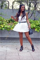 white Fórmula joven top - black Chanel bag - Bershka sandals