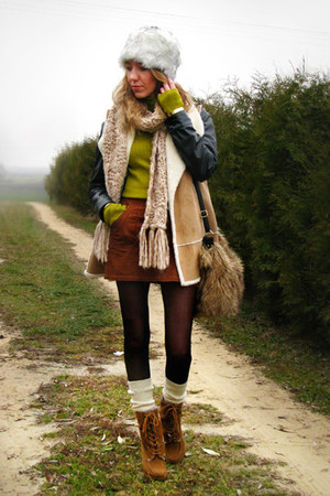 camel shearling look Marks&amp;Spencer vest - tawny lace up Primark boots
