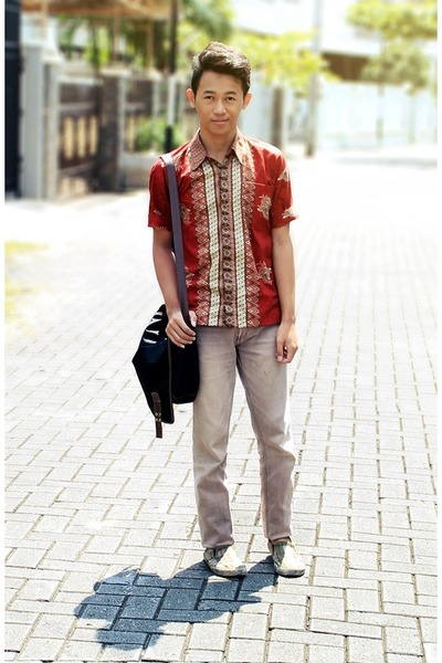 ruby red batik shirt - dark khaki shoes - dark khaki jeans - dark brown bag