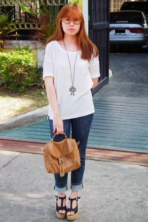 white knit cotton Mango blouse - navy jeans - camel leatherette Tomato bag