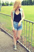 Glamorous shirt - Levis shorts - Converse sneakers