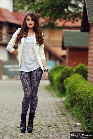 heather gray leggings - ivory blazer - white t-shirt - black heels