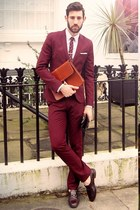 maroon suit - tawny bag - crimson gloves