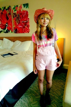 hot pink Labyrinth hat - light pink Labyrinth shorts
