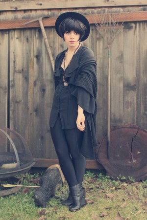black unknown sweater - black American Apparel leggings - black Dolce Vita wedge
