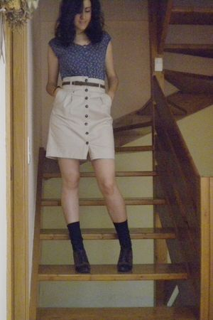 brown belt - beige skirt - brown shoes - blue t-shirt