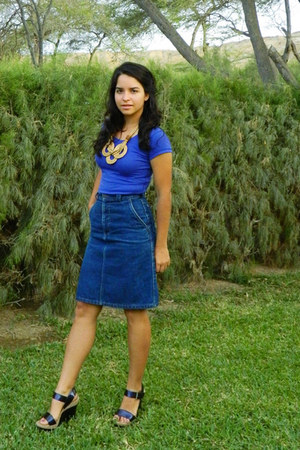 deep purple shoes - navy skirt - tan necklace - blue t-shirt
