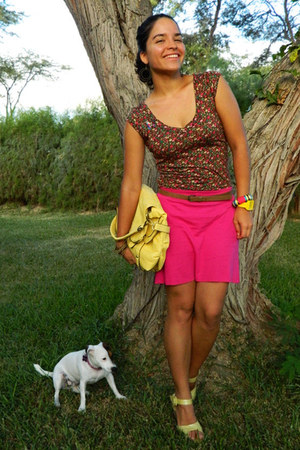 brown floral print t-shirt - yellow satchel bag - hot pink cotton skirt
