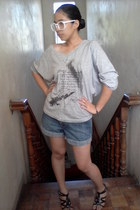denim Arizona shorts - white over-sized glasses - t-shirt - black sandals