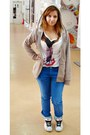 Blue-jeans-beige-new-yorker-cardigan-white-t-shirt-white-sneakers