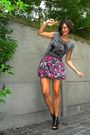 Gray-shirt-pink-skirt-black-shoes