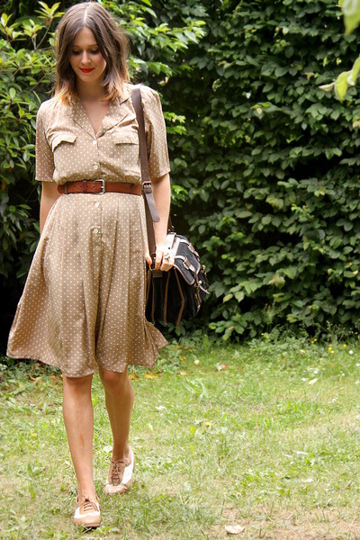 ivory shoes - tan dress - black bag - dark brown belt