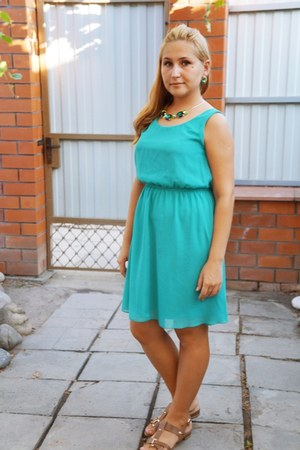 turquoise blue dress - green necklace - chartreuse earrings