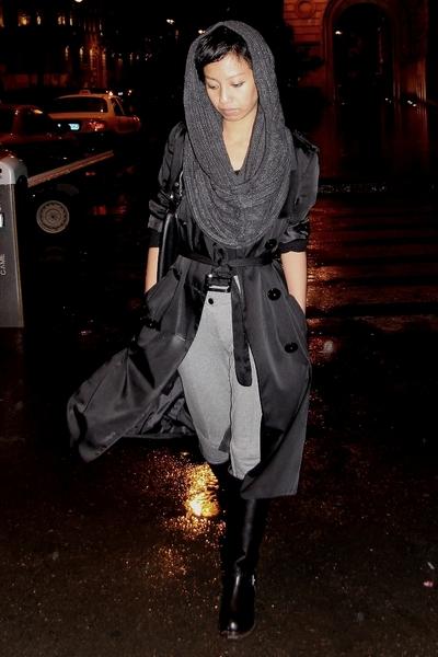black trench Mango coat - black leather bag Mango - gray Mango