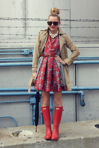 http://images3.chictopia.com/photos/AtlanticPacific/3916987107/hunter-boots-bb-dakota-dress-gap-jacket-karen-walker-sunglasses-banana-r_400.jpg