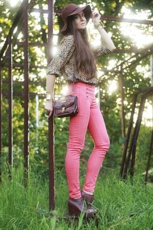 red pull&bear pants - dark brown H&M hat - bronze leopard second hand shirt