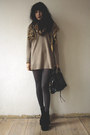 Beige-sweater-black-bag