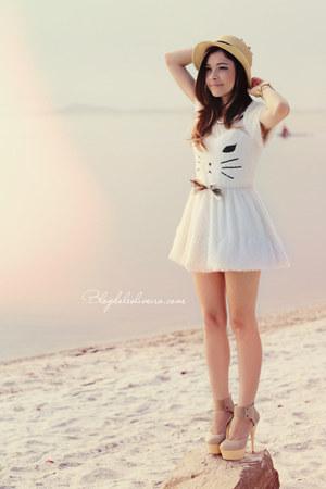 beige hat - white dress - pumps