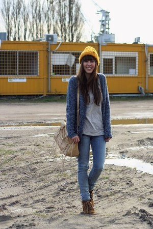 blue skinny Levis jeans - mustard beanie H&amp;M hat
