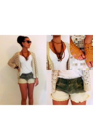 denim Questão de Estilo shorts - white sleeveless blouse - cream cardigan