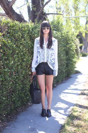 white bandana print Insight blouse - black boots - black joggers shorts