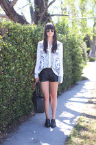 white bandana print Insight blouse - black boots - black joggers shorts