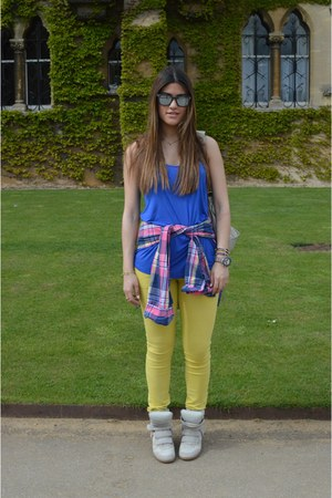 blue H&M top - yellow GALLIANO jeans - hot pink hollister shirt