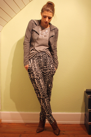 white MinkPink pants - brown H&amp;M boots - silver GINA TRICOT sweater - gray H&amp;M K