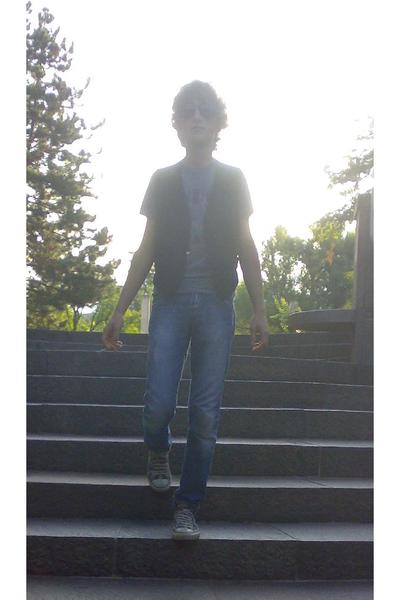 vintage vest - Marc by Marc Jacobs t-shirt - met jeans - Bikkembergs sunglasses