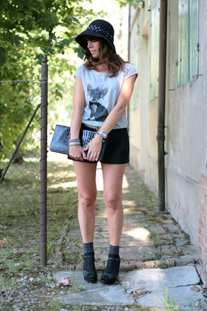 black H&amp;M hat - black vintage bag - black H&amp;M shorts