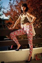 gold accessories - hot pink flower print leggings - blue heels