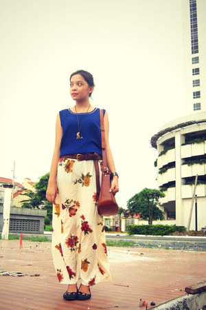 neutral floral maxi skirt - tawny bag - black flats - blue top