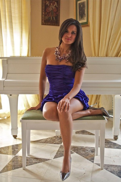 http://images3.chictopia.com/photos/DazzlingFashionista/1456814956/purple-dress-amethyst-necklace-silver-heels_400.jpg