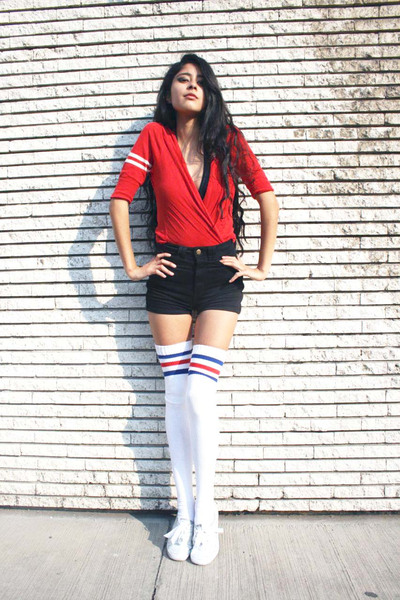 Uo Red Sweater Aa Black Shorts