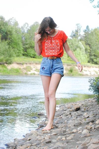 red bohemian Forever21 top - blue vintage shorts - camel vintage belt