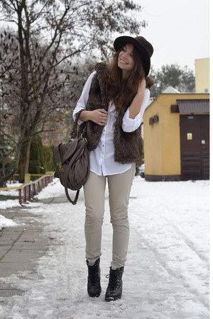 dark brown fur faux pull&bear vest - black Deichmann boots