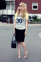 random brand t-shirt - navy calvin klein bag