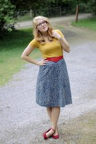 navy giraffe print vintage skirt - mustard Target shirt - red thrifted belt