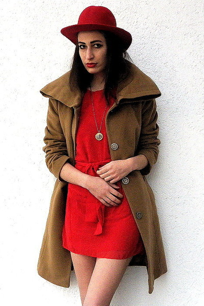 red london dress - camel vintage coat - red felt vintage hat - gold Etsy necklac