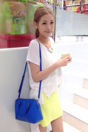 blue coach bag - white t-shirt