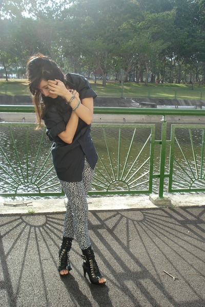 gray Alano leggings - black urban og shoes - gray g2000 shirt