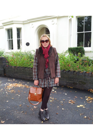 dark brown blouse - brick red scarf - tawny bag