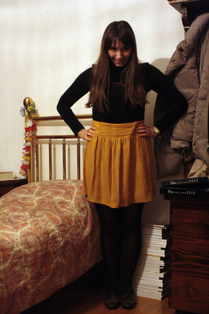 black socks - black top - gold camaieu skirt - camaieu necklace