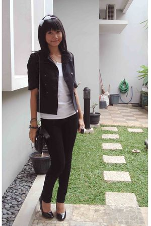 black blazer - white top - black jeans - black shoes - white accessories