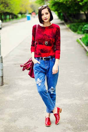 red patent Savino loafers - boyfriend jeans sammydress jeans - second hand top