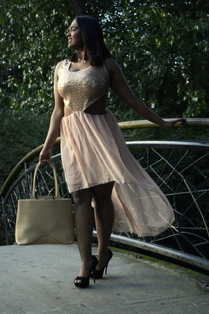 nude sequin dress - eggshell bag - black suede heels
