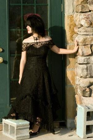 black vintage lace dress - black handmade hat - black life stride heels - black