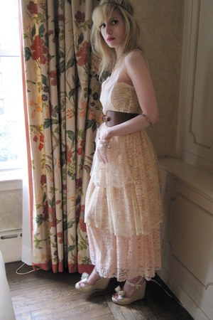 eggshell lace D&amp;G dress - tawny equestrian linea pelle belt - gold chain