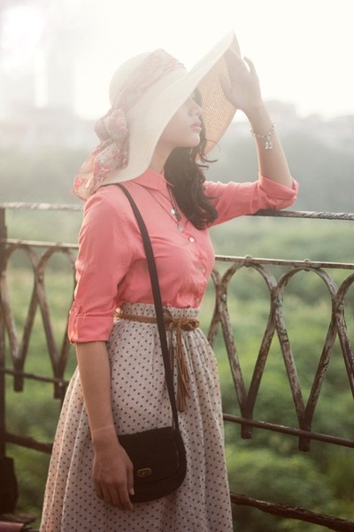 eggshell hat - floral scarf - brown bag - salmon blouse