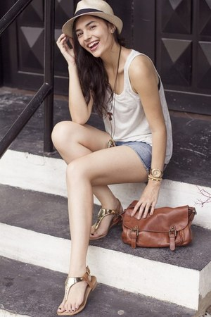 Breiter Hut und Mode hat - abercrombie and fitch shorts - Forever 21 top